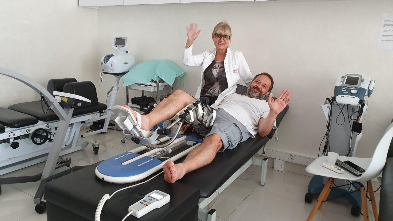 Glumac Andrej Šepetkovski na robotu za koleno