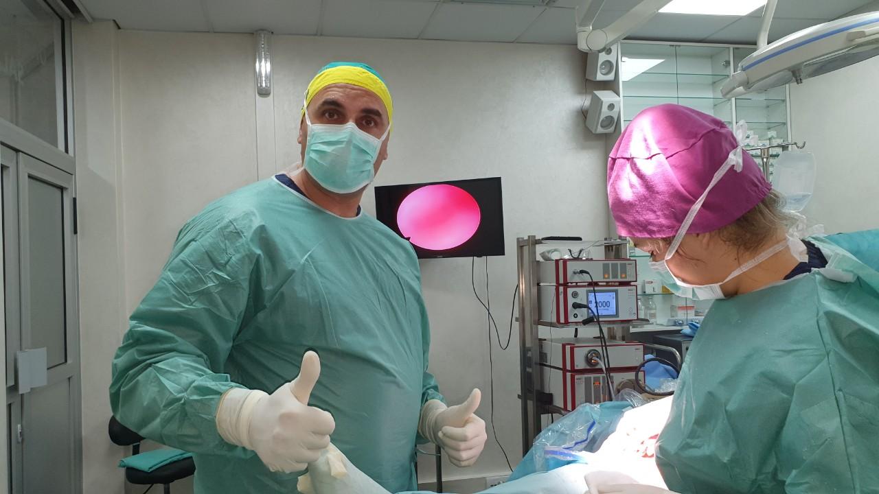 Uspešne tri artroskopije za jedno prepodne. Operacija plus roboti.